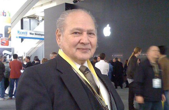 ronald wayne przy logo Apple