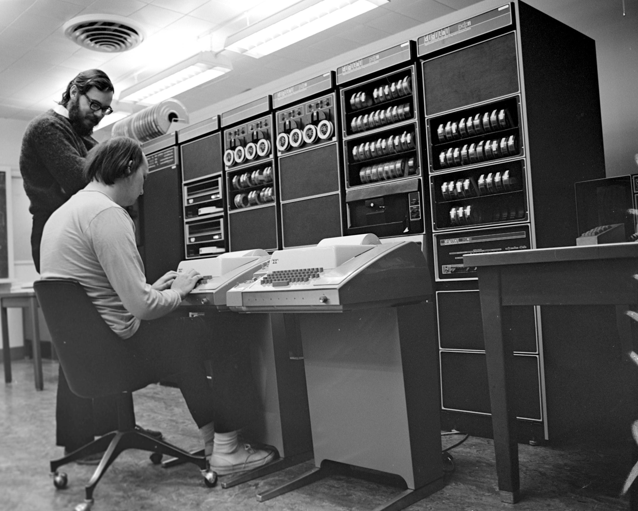 komputer PDP-11, na którym powstał Unix